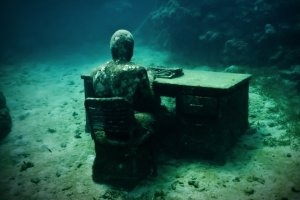 the-lost-correspondent-08-jason-decaires-taylor-sculpture